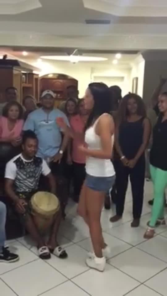 Nathalia Casco enseña a bailar punta