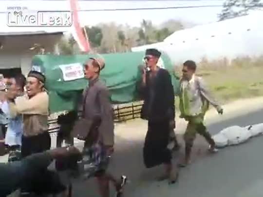 Transportaban un ataúd y se les cayó el muerto